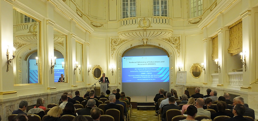 Opening of the event at the Polonia Palace Hotel in Warsaw by Stefan Kern, BMBF © Michael Lange / DLR