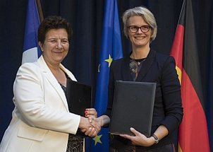 Photo of handshake between German Federal Minister Anja Karliczek and her French counterpart Frédérique Vidal